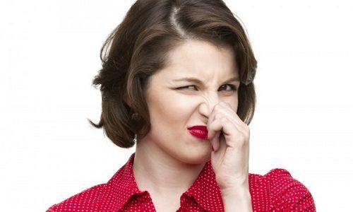 Неприятный запах, сопровождающий выделения, чаще всего обусловлен наличием патогенных микроорганизмов